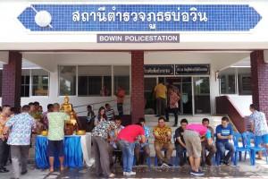 ข้าราชการตำรวจ สภ.บ่อวิน รดน้ำขอพรจากผู้บังคับบัญชา