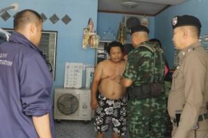 ทหารร่วมกับตำรวจบ่อวิน ศรีราชา บุกจับนายทุนเงินกู้และหวยเถื่อนภายในหมู่บ้านหลังได้รับการร้องเรียน พบหลักฐานในบ้าน 2 หลัง จาก 4 หลัง จึงควบคุมตัวดำเนินคดีตามกฎหมาย
