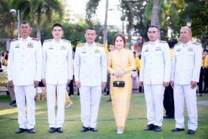 ข้าราชการตำรวจ สภ.บ่อวิน ร่วมกิจกรรมเนื่องในโอกาสวันคล้ายวันเฉลิมพระชนมพรรษาพระบาทสมเด็จพระปรมินทรมหาภูมิพลอดุลยเดช บรมนาถบพิตร  วันชาติ และวันพ่อแห่งชาติ พุทธศักราช 2561 ในพิธีทำบุญตักบาตรแด่พระสงฆ์ ในพิธีถวายพานพุ่มราชสักการะ ถวายราชสดุดี และถวายบังคม ณ สวนสุขภาพอำเภอศรีราชา